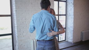Het mooie paar in liefde leert om in de studio te dansen stock video