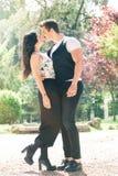 Het mooie paar omhelst en houdt van Het houden van verhouding en het voelen Royalty-vrije Stock Foto's