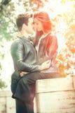 Het mooie paar omhelst en houdt van Het houden van verhouding en het voelen Stock Fotografie