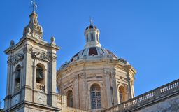 Het mooie paar van oude St Paul Kerk met klokken en zo vele details in Rabat, Malta op een zonnige dag royalty-vrije stock afbeelding
