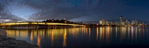 Het mooie panorama van versmalt Brug op de Zwaanrivier en van de binnenstad bij blauw uur, Perth, Westelijk Australië stock foto