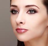 Het mooie perfecte gezicht van de make-upvrouw Stock Foto's