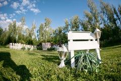 Het mooie plaatsen voor in openlucht huwelijksceremonie die op bruid en bruidegom en gasten wachten Witte die stoelen worden verf Stock Foto