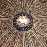 Het mooie plafond van St Peter ` s Basiliek, de Stad van Vatikaan, RomeT Stock Afbeelding