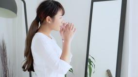 Het mooie portret jonge Aziatische vrouw zekere denken met cement en concrete achtergrond stock footage