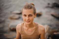 Het mooie portret van een onbezorgd vriendschappelijk toegankelijk meisje met het overweldigen glimlacht en leuke blikken Stock Foto's