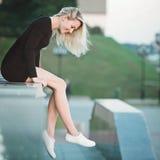Het mooie portret van het blondemeisje op de straat Stock Fotografie