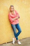 Het mooie portret van het blondemeisje op de straat Stock Foto's