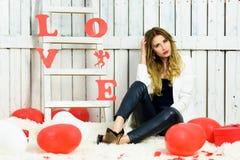 Het mooie portret van het blondemeisje op Valentijnskaarten DA Stock Fotografie