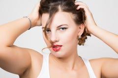 Het mooie portret van het vrouwengezicht met rode lippen, ongedisciplineerde krul stock foto's