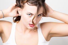 Het mooie portret van het vrouwengezicht met rode lippen, ongedisciplineerde krul royalty-vrije stock foto's