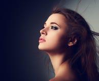 Het mooie profiel van de make-upvrouw met lang haar die omhoog met ho kijken stock fotografie