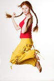 Het mooie redhead meisje springen van vreugde stock afbeeldingen