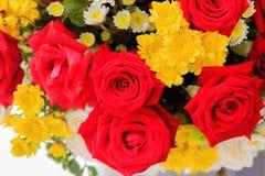 Het mooie rode die boeket van rozenbloemen voor binnenland in 14 wordt verfraaid Royalty-vrije Stock Foto's