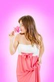 Het mooie romantische meisje ruiken nam in roze kleur toe Royalty-vrije Stock Foto