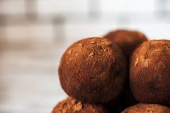 Het mooie ronde close-up van het chocoladesuikergoed Een ronde chocoladecake kijkt als een planeet Smakelijk, gezond, voedsel Stock Foto's