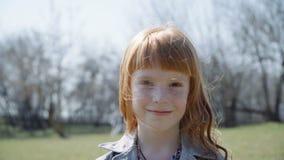 Het mooie roodharigemeisje glimlachen stock video