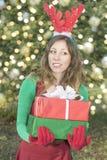 Het mooie Santa Claus-meisje met Kerstmis stelt voor royalty-vrije stock fotografie