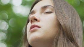 Het mooie schot van de de meditatie lage hoek van het vrouwengezicht, wijfje sloot ogen binnenvrede stock videobeelden