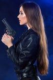 Het mooie sexy kanon van de meisjesholding Rook achtergrond royalty-vrije stock afbeelding