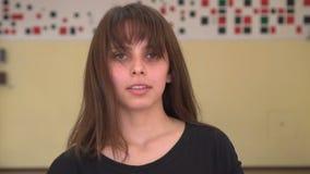 Het mooie sexy meisje met maakt luchtige haren Het aantrekkelijke jonge het glimlachen haar van de vrouwenschok binnen stock footage