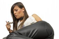 Het mooie sexy professionele tatoegering hoofd bekijken de machine voor tatoegering op wit  Stock Foto's