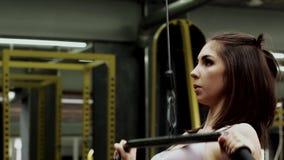 Het mooie slanke jonge vrouwelijke geschiktheid model uitoefenen in gymnastiek stock video