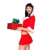 Het mooie sneeuwmeisje houdt de giftdoos van het Kerstmis nieuwe jaar Royalty-vrije Stock Afbeelding