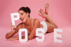 Het mooie speelse model stellen met POSE Stock Foto's
