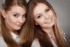 Het mooie speelse portret van zustersvrouwen Royalty-vrije Stock Foto's