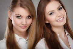 Het mooie speelse portret van zustersvrouwen Royalty-vrije Stock Foto