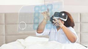 Het mooie speelspel van de afro Amerikaanse vrouw in virtuele werkelijkheidsglazen stock video