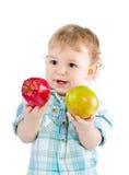 Het mooie spel van de babyjongen met groene en rode appelen. Royalty-vrije Stock Afbeeldingen
