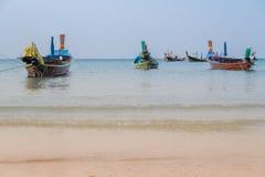 Het mooie strand tegen seaview met vissersboten dokt bij katastrand, Phuket, Thailand Stock Foto
