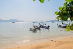 Het mooie strand tegen seaview met vissersboten dokt bij katastrand, Phuket, Thailand Stock Afbeeldingen