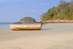 Het mooie strand tegen seaview met vissersboten dokt bij katastrand, Phuket, Thailand Royalty-vrije Stock Afbeeldingen