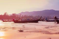 Het mooie strand tegen seaview met vissersboten dokt bij katastrand, Phuket, Thailand Royalty-vrije Stock Foto's