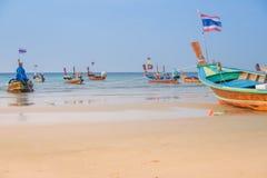 Het mooie strand tegen seaview met vissersboten dokt bij katastrand, Phuket, Thailand Stock Afbeelding