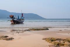 Het mooie strand tegen seaview met vissersboten dokt bij katastrand, Phuket, Thailand Royalty-vrije Stock Foto