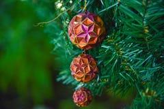 Het mooie stuk speelgoed van de ballendecoratie op de kunstmatige Kerstboom Stock Fotografie