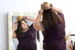 Het mooie te zware vrouw winkelen Stock Foto