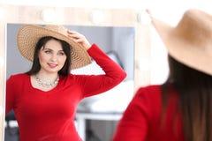 Het mooie te zware vrouw winkelen Royalty-vrije Stock Afbeeldingen