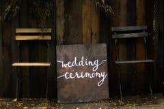 Het mooie teken van de huwelijkstekst Rustiek huwelijksconcept het richten voor de plaats van de huwelijksceremonie creatieve ide royalty-vrije stock foto
