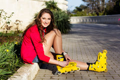 Het mooie tiener rollerskating in park Stock Fotografie