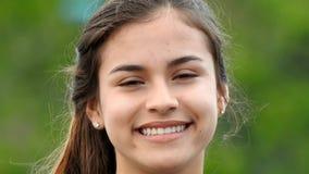 Het mooie tienermeisje glimlachen stock videobeelden