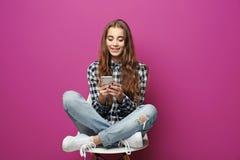 Het mooie tienermeisje luistert muziek stock afbeeldingen