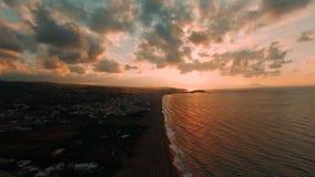 Het mooie toerisme van het satellietbeelddorp, hommel schoot langs de kust van Overzeese zonsondergang Griekenland stock footage
