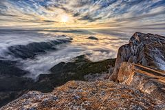 Het mooie toneel dramatische de zonsonderganglandschap van de de herfst blauwe hemel van wolkensluier behandelde berg boslandscha stock foto's