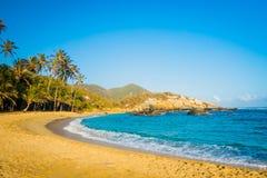 Het mooie tropische gouden zand van het strandlandschap en Stock Foto