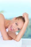 Het mooie uitbundige vrouw lachen Stock Foto's